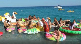 Colorati e stravaganti, in Calabria approda il festival dei materassini