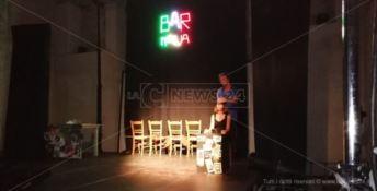 Teatro d'aMare, il vento sposta la scena al Santa Chiara: ma è comunque un successo