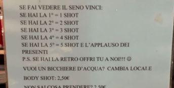 «Se fai vedere il seno bevi gratis»: polemica sul cartello esposto in un bar