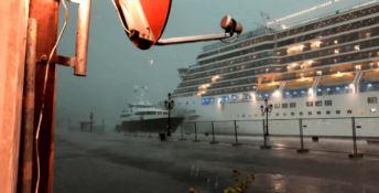 Nave Costa sbanda e rischia la collisione a Venezia: ecco il video