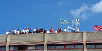 Lavoratori Corap sul tetto per gli stipendi non pagati: «Oliverio dove sei»