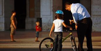 Novità per i ciclisti under 12: arriva l'obbligo di indossare il casco