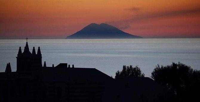 Lo Stromboli visto da Tropea (foto Galardini)