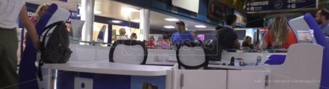 Sedie vuote all'infopoint dell'aeroporto di Lamezia