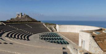 """""""Dialoghi mediterranei"""" al Teatro dei Ruderi di Diamante con l'Anfitrione"""