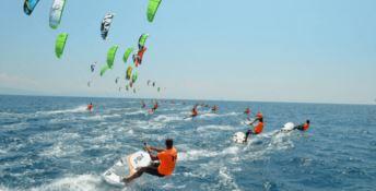 Il kitesurf dà spettacolo tra le onde di Gizzeria con i campionati mondiali