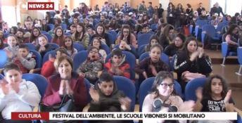 La lezione di 300 alunni in difesa del pianeta: «Odiare la plastica»