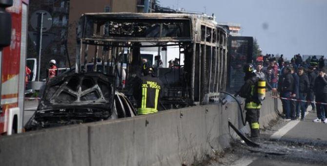 Il bus in fiamme, foto Ansa