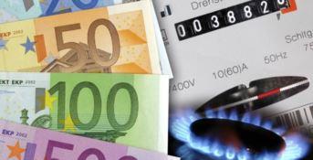 Bollette meno care dal primo aprile: scende il costo di elettricità e gas
