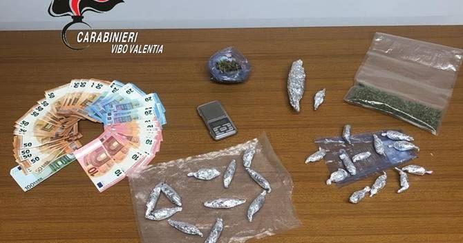La droga e il contante sequestrato