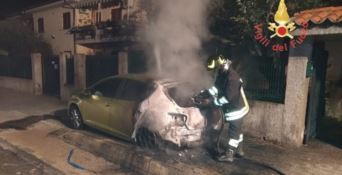 Rogo nella notte distrugge un'auto a Montepaone, indagini