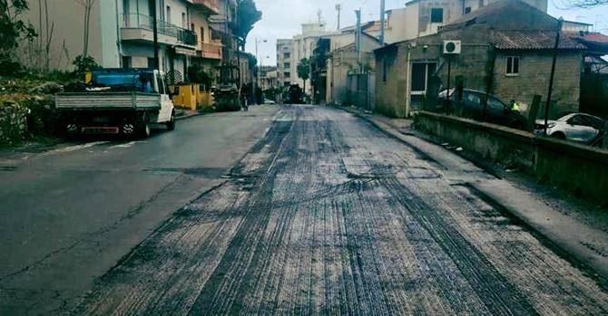 I lavori di rifacimento dell'asfalto ad Archi
