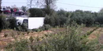 Il camion ribaltato a Cassano