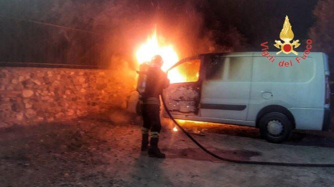 Incendio furgone a Lamezia