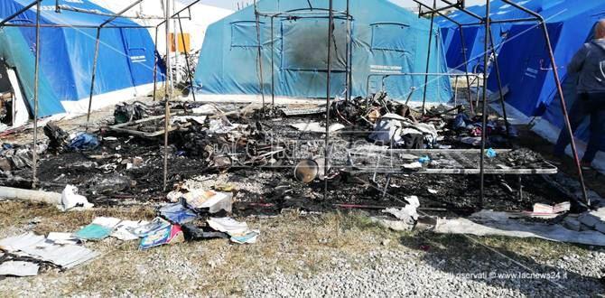 Una delle tende distrutta dall'incendio