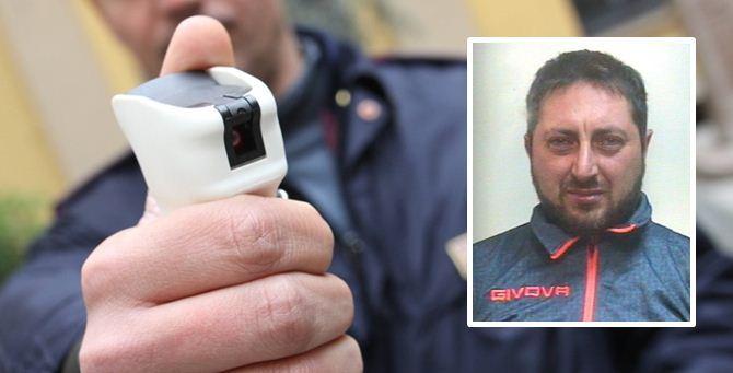 Un agente usa lo spray al peperoncino e nel riquadro l'arrestato