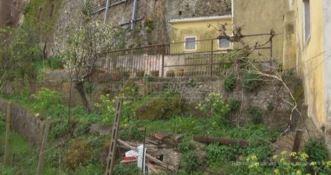 Il giardino dove è stato trovato il neonato morto