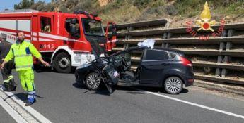 Scontro tra due auto sulla statale 106, un ferito