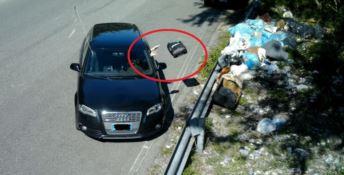 Uno degli automobilisti sanzionati immortalato mentre getta i rifiuti