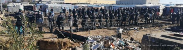 Via allo sgombero del ghetto dei migranti. Salvini: «Dalle parole ai fatti»