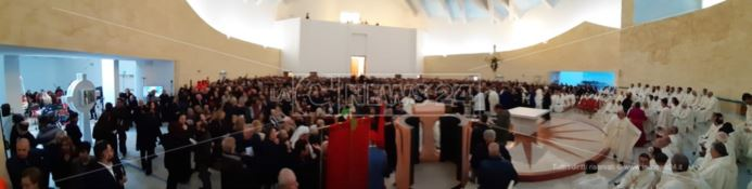Dedicata a San Benedetto la prima cattedrale d'acciaio in Italia, bagno di folla a Lamezia