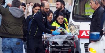 Bimbo morto cadendo dal carro, tre indagati