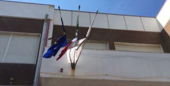 A Marina di Gioiosa bandiere issate a lutto, comune ancora commissariato