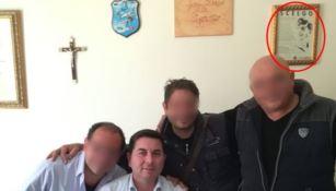 Il sindaco Iaria nel suo ufficio con il quadro delle Waffen SS alla parete