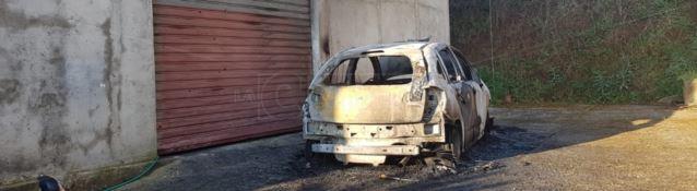 Auto in fiamme e spari contro garage, intimidazione ad assessore nel Vibonese