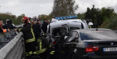 Auto travolge due vigili e un carabiniere mentre fanno rilievi dopo un incidente, gravi