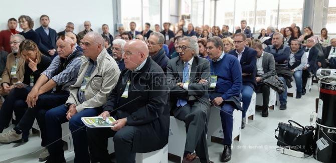 Mario Oliverio seduto in platea nell'incontro di Lamezia