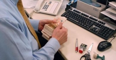Clienti spolpati per ottenere premi in denaro. Bufera su filiale bancaria di Reggio