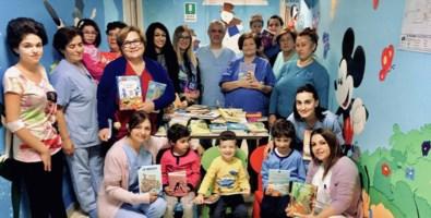 Lo staff del reparto di Pediatria di Vibo con i piccoli pazienti