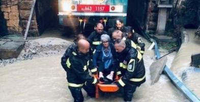 Una squadra dei vigili del fuoco intervenuta per evacuare i passeggieri di un treno bloccato in galleria