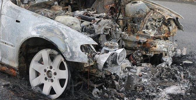 Una macchina bruciata