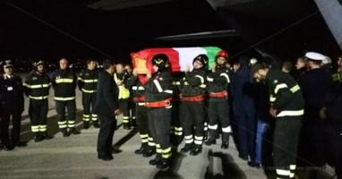L'ultimo viaggio di Nino, il feretro del vigile del fuoco rientra a Reggio