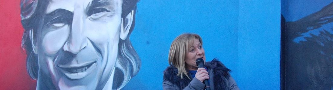 Donata Bergamini davanti al murales di Denis