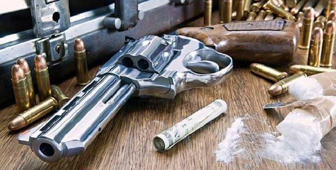 Una pistola, proiettili e cocaina