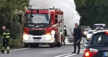 Auto in fiamme lungo la statale 107
