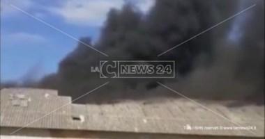 Incendio divampa in uno stabilimento a Cropani, panico tra i residenti