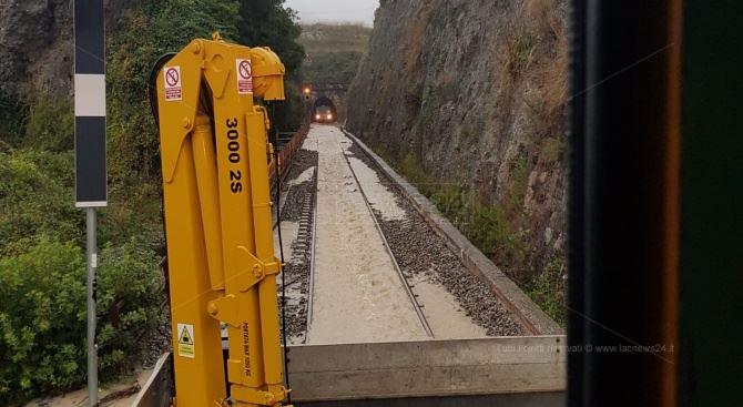 Treno bloccato in galleria nel Catanzarese (foto Vigili del fuoco)