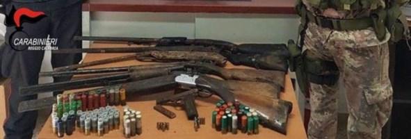 Armi e munizioni, trovati cinque fucili e due pistole nei boschi di Cardeto