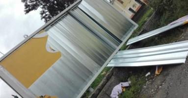 Catanzaro, crolla cartellone pubblicitario finito nel mirino della municipale