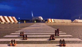 Scarpette rosse sulla pista dell'aeroporto contro la violenza sulle donne