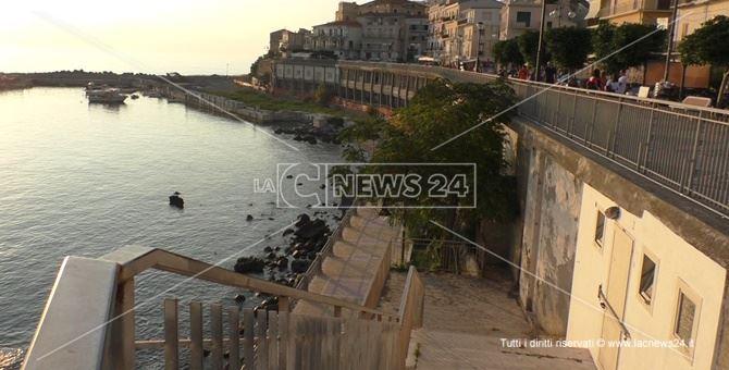 sullo sfondo, l'area su cui sarebbe dovuto sorgere il porto