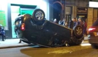 Singolare incidente a Cosenza, auto si ribalta in centro