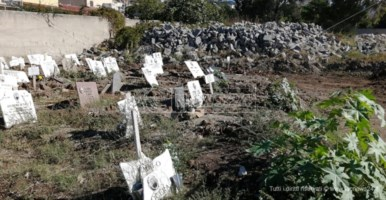 """Reggio, defunti mummificati e dimenticati fanno da """"custodi"""" alle vecchie basole"""