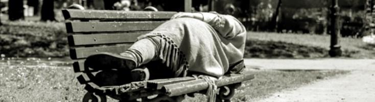 Una donna dorme su una panchina - Repertorio
