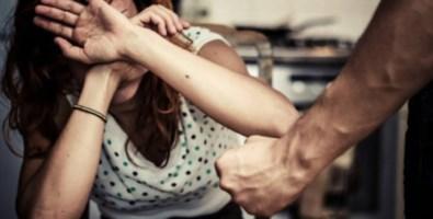 Cosenza, calci e pugni alla moglie: figlia 13enne lo fa arrestare