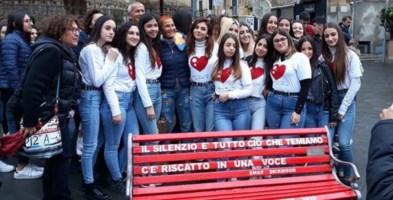 Giornata contro violenza su donne, anche a Tropea una panchina rossa